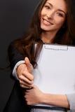 Eine schöne junge Geschäftsfrau, welche Ihnen die Daumen aufgibt Stockfotografie
