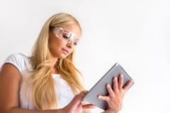 Eine schöne junge Malerfrau mit einer Tablette Stockbilder