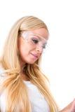 Eine schöne junge Malerfrau mit einer Tablette Lizenzfreie Stockfotos