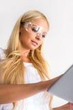 Eine schöne junge Malerfrau mit einer Tablette Lizenzfreie Stockbilder