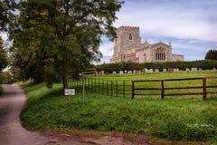 Eine schöne Kirche in der englischen Landschaft stockfotos