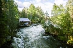 Eine schöne Landschaft mit Stromschnellen eines Flusses in Finnland Stockbilder