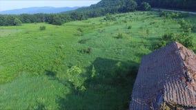 Eine schöne Landschaft nahe bei dem alten und verlassenen Haus stock video footage