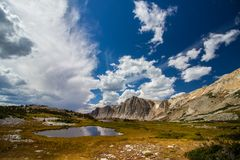 Eine schöne Landschaft von Bergen und von Seen an einem teils bewölkten Tag im Spätsommer stockbild