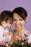 Eine schöne Mutter mit ihrer Tochter stockbild