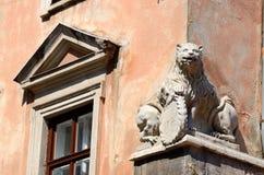 Eine schöne Renaissancelöwestatue auf altem Haus, Lemberg, Ukraine Lizenzfreie Stockfotos