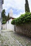 Eine schöne schmale Straße in Rovinj, Kroatien Lizenzfreie Stockfotografie