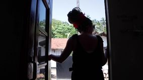 Eine schöne stilvolle Frau genießt die Zugreise stock footage