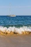 Eine schöne weiße Segeljacht auf Wellen Stockbilder