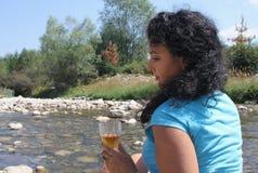 Eine Schönheit mit einem Glas Wein Lizenzfreies Stockfoto