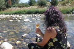 Eine Schönheit mit einem Glas Wein Lizenzfreie Stockbilder