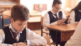 Eine Schülerlesebuchlektion stock video footage