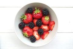 Eine Schüssel empfindliche Erdbeeren und Brombeeren Stockbilder