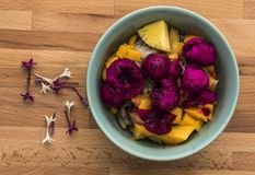 Eine Schüssel Früchte auf einem hölzernen Hintergrund stockfotos