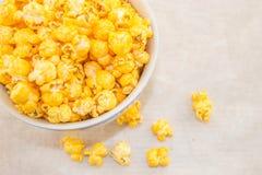 Eine Schüssel frisch geknalltes selbst gemachtes Popcorn Stockfotografie