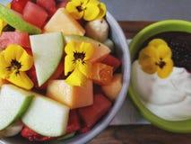 Eine Schüssel frischer Obstsalat Stockfotos