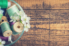 Eine Schüssel Nähgarne mit Blüten Stockfoto
