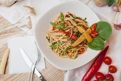 Eine Schüssel Nudeln mit Gemüse Lizenzfreie Stockfotos
