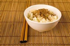 Eine Schüssel Reis und zwei Steuerknüppel Lizenzfreies Stockbild