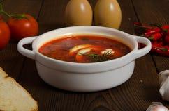 Eine Schüssel Suppe mit Zitronenscheibe lizenzfreie stockbilder