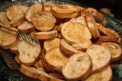 Eine Schüssel voll Toastknoblauchbrot Stockfotos