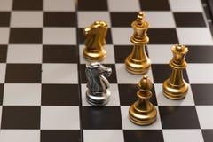 Eine Schachfiguren, die gegen ganzen Satz Schachfiguren bleiben Stockfoto