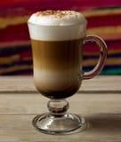 Eine Schale Cappuccino auf Holztisch Lizenzfreies Stockfoto