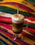 Eine Schale Cappuccino auf Tabelle Stockbild