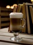 Eine Schale Cappuccino auf Tabelle Lizenzfreies Stockbild