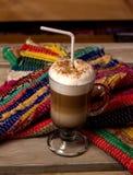 Eine Schale Cappuccino auf Tabelle Stockfoto