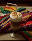 Eine Schale Cappuccino auf Tabelle Stockfotografie