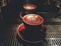 Eine Schale Cappuccino mit Blumenform Lattekunst Lizenzfreie Stockbilder