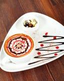 Eine Schale cappucino auf Holztisch stockbild