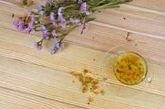 Eine Schale Chrysanthementee auf Holztisch Stockfotos