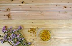 Eine Schale Chrysanthementee auf Holztisch Lizenzfreies Stockfoto