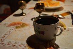 Eine Schale coffe auf dem Tisch lizenzfreies stockbild