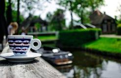 Eine Schale coffe in Giethoorn Stockfotos