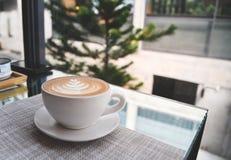 Eine Schale coffeehot Cappuccino mit Lattekunst Kaffeehintergrund und -tapete stockfotografie