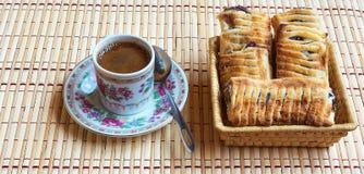 Eine Schale des frischen schwarzen Kaffees und des wohlriechenden Hauchs mit Beeren Stockbilder
