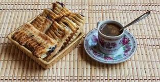 Eine Schale des frischen schwarzen Kaffees und des wohlriechenden Hauchs mit Beeren Stockfotografie