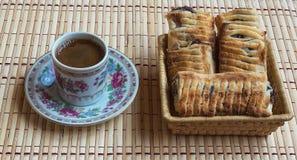 Eine Schale des neuen Kaffees und des Hauchs mit Beeren Stockfotos