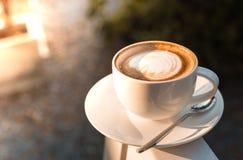 Eine Schale eines Lattekunstkaffees Stockfotos