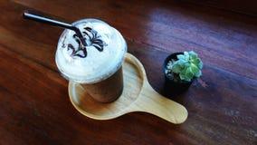 Eine Schale Eiskaffee mit Kaktus lizenzfreie stockfotos