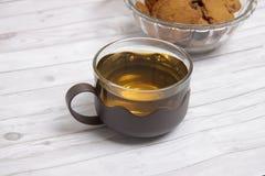Eine Schale grüner Tee mit choco schneidet Plätzchen in Stücke Lizenzfreies Stockbild