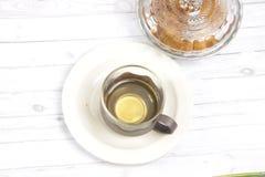 Eine Schale grüner Tee mit choco schneidet Plätzchen in Stücke Lizenzfreie Stockfotos