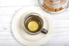 Eine Schale grüner Tee mit choco schneidet Plätzchen in Stücke Stockbild