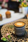 Eine Schale heißer Kaffee mit Tulpenmuster auf schwarzem Zähler Stockbild