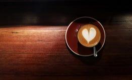 Eine Schale heißer Kaffee, picolo mit des Herzens Kunstmuster spät Lizenzfreie Stockbilder