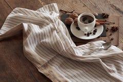 Eine Schale heißer Kaffee und themenorientierte Einzelteile um sie Stockfotografie