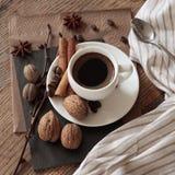 Eine Schale heißer Kaffee und themenorientierte Einzelteile um sie Stockfotos